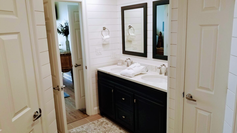 bathroom with 2 sinks